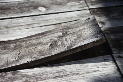 An old worn-out deck in Louisville, KY that needs a deck repair.